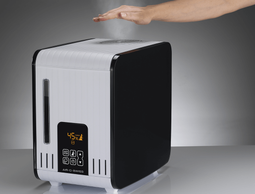 Air-O-Swiss-S450-humidifier-steaming-hand.png